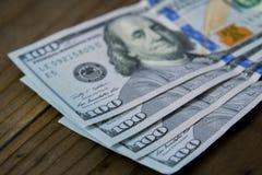 $100) dollarräkningar för USA hundra ( Arkivbilder