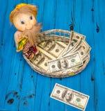 Dollarräkningar i en vide- korg Arkivfoton