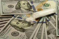 100 dollarräkningar med en hög av vitt pulver droger Royaltyfria Foton
