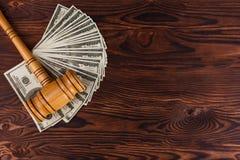 Dollarräkningar och en auktionhammare på en tabell Ställe för inskriften Detaljer av auktionen Fotografering för Bildbyråer