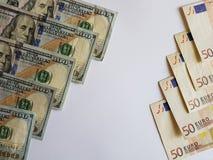 100 dollarräkningar och euroanmärkningar på den vita bakgrunden Royaltyfri Fotografi
