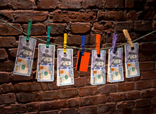 Dollarräkningar och kreditkort som hänger på ett rep Royaltyfria Foton
