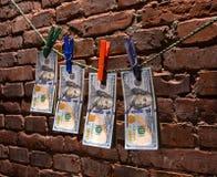 Dollarräkningar som hänger på ett rep Royaltyfria Bilder