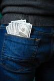 Dollarräkningar som klibbar ut ur facket av en man Royaltyfri Fotografi