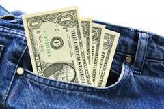 Dollarrechnungen in der Blue Jeanstasche des Angestellten. Lizenzfreie Stockfotos