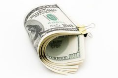 100 dollarrekening met een klem op een witte achtergrond Stock Foto