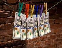 Dollarrekeningen die op een kabel hangen Royalty-vrije Stock Afbeeldingen