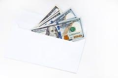 Dollarrekeningen in een envelop op witte achtergrond wordt geïsoleerd die Royalty-vrije Stock Afbeeldingen