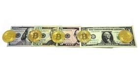 Dollarrekeningen en Bitcoin Fotobeeld Royalty-vrije Stock Foto