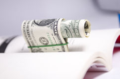 DOLLARrekeningen EN EEN BOEK Royalty-vrije Stock Afbeelding