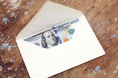 Dollarrekeningen of geld met envelop Stock Fotografie
