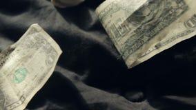 Dollarrekeningen op een Bed stock videobeelden