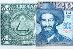 Dollarrekeningen versus peso's Royalty-vrije Stock Afbeeldingen