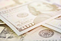 Dollars américains d'argent d'argent liquide sur le fond blanc photos stock