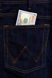 Dollars américains de billets de banque d'USD dans la poche de jeans Image libre de droits
