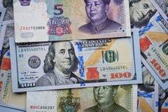Dollars américains et yuans chinois, le fond de l'argent photographie stock libre de droits