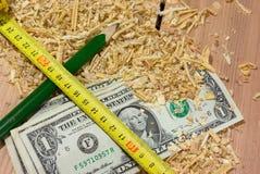Dollars américains sur la sciure et le crayon, Image stock