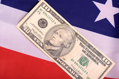 Dollars américains sur le drapeau américain Image stock
