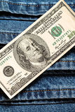 100 dollars américains sur le fond de jeans Photos stock