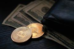 Dollars, bitcoin et éther photo stock
