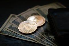 Dollars, bitcoin et éther photos libres de droits