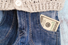 100 dollars dans la poche de jeans Photographie stock libre de droits