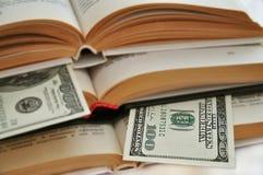 Dollars dans les livres photo stock