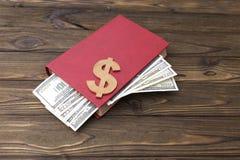 Dollars dans un livre Photo stock