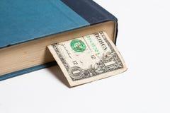 Dollars in de boeken, op witte achtergrond, bedrijfstra worden geïsoleerd die Royalty-vrije Stock Foto's