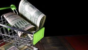Dollars in de het winkelen karretjekar stock footage