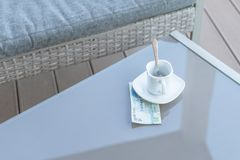 Dollars de Hong Kong et tasse de café vide sur une table en verre de café extérieur Paiement, astuce image stock