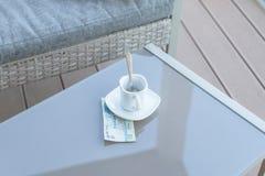 Dollars de Hong Kong et tasse de café vide sur une table en verre de café extérieur Paiement, astuce photos libres de droits