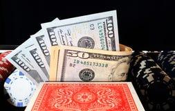 Dollars de jeu de cartes à puces sur le fond noir Photo libre de droits