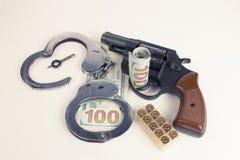 Dollars de menottes de cartouches de pistolet Photos stock
