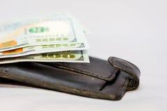 Dollars de mensonge sur le portefeuille Argent pour faire des achats calcul photographie stock