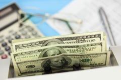 Dollars in de tellende machine op bedrijfsachtergrond Royalty-vrije Stock Fotografie