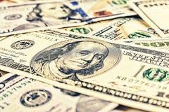 Dollars de V Achtergrond, 100 dollarsrekeningen, Geldconcept Pen, oogglazen en grafieken De Achtergrond van het geld het bankweze Royalty-vrije Stock Afbeeldingen