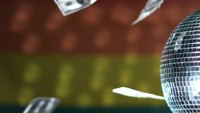 Dollars die tegen regenboogvlag vallen met het spinnen van discobal stock video
