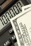 Dollars en calculator stock afbeeldingen