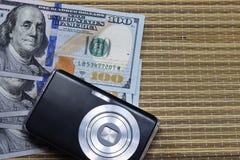 Dollars en een camera op een strandsprei Royalty-vrije Stock Afbeeldingen