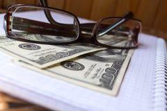 Dollars en glazen Royalty-vrije Stock Afbeelding
