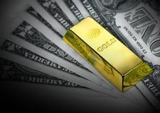 Dollars en gouden passement stock afbeeldingen