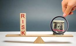 Dollars en het inschrijvingsrisico op de schalen Het concept financieel risico en het investeren in een bedrijfsproject Het maken royalty-vrije stock afbeelding