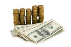 Dollars en muntstukken die op de witte achtergrond worden geïsoleerd Stock Fotografie