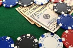 Dollars en spaanders op de groene close-up van de casinolijst Royalty-vrije Stock Foto's