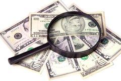 Dollars en vergrootglas op een witte achtergrond Royalty-vrije Stock Afbeelding
