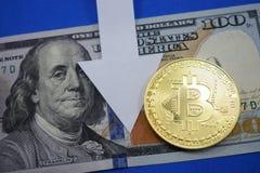 Dollars et bitcoin de pièce de monnaie qui chutes de prix Photographie stock