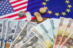 Dollars et euro avec le drapeau Photo libre de droits