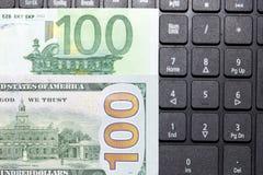 Dollars et euros sur un clavier d'ordinateur portable Photos libres de droits