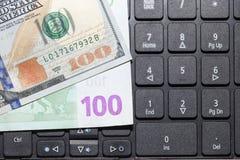 Dollars et euros sur un clavier d'ordinateur portable Images libres de droits
